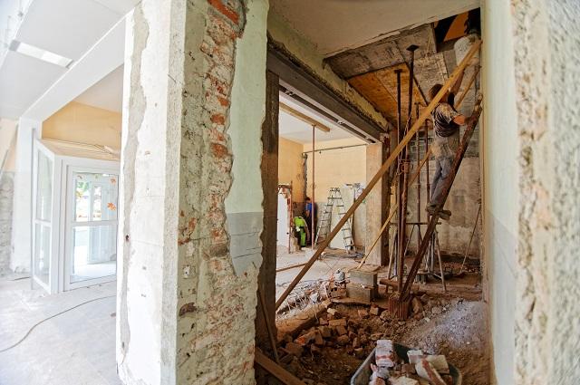 Ouvrier renovant maison